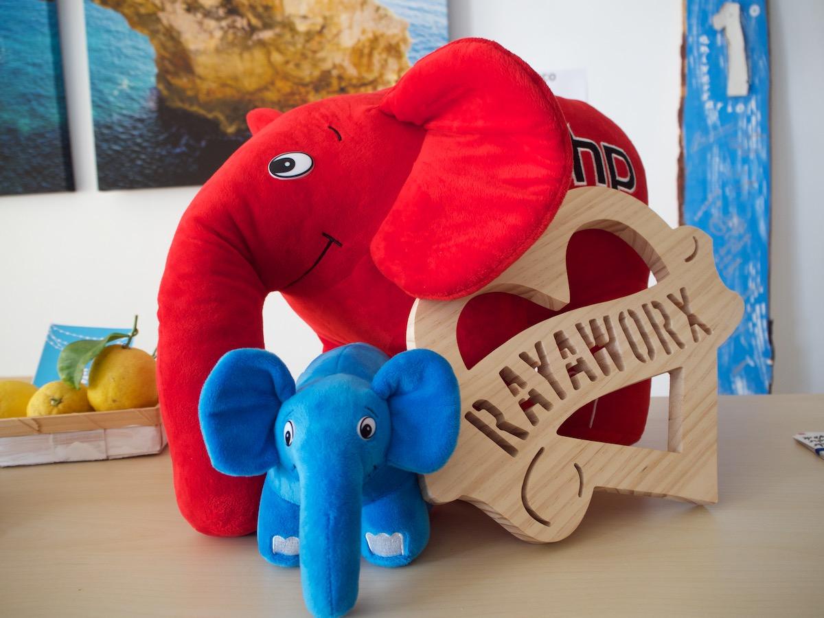 2 Elephpants warten auf die WEucEu 2018 in Palma