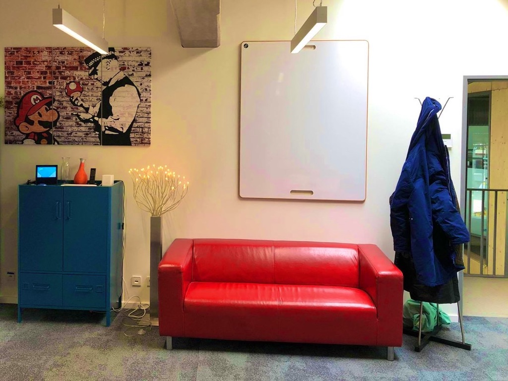 Rotes Sofa im Schiller40 Coworking